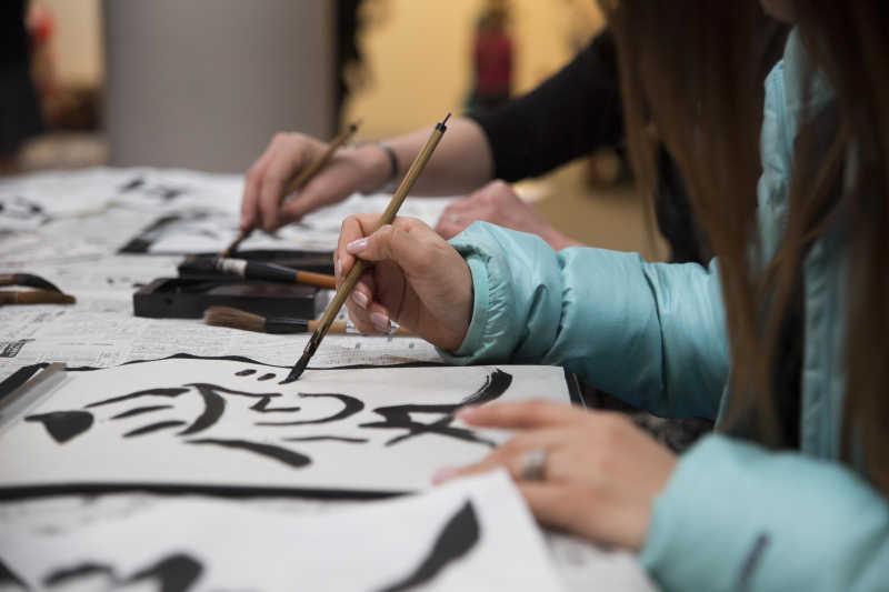 Prendre des cours de calligraphie avec un professeur