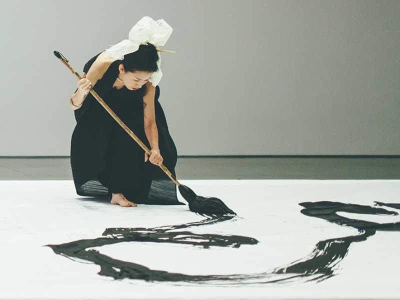 La calligraphie de performance est la version plus moderne de cet art ancestral