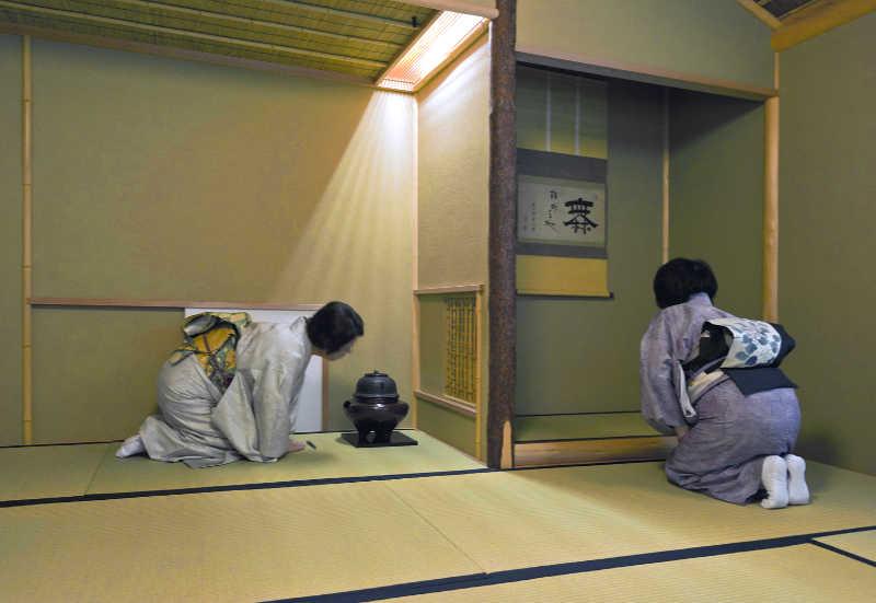 Pendant la cérémonie du thé, les invités admirent la calligraphie dans le tokonoma