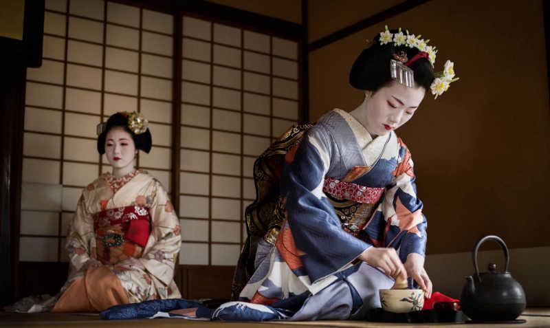 Geisha préparant le thé pour la cérémonie Chanoyu