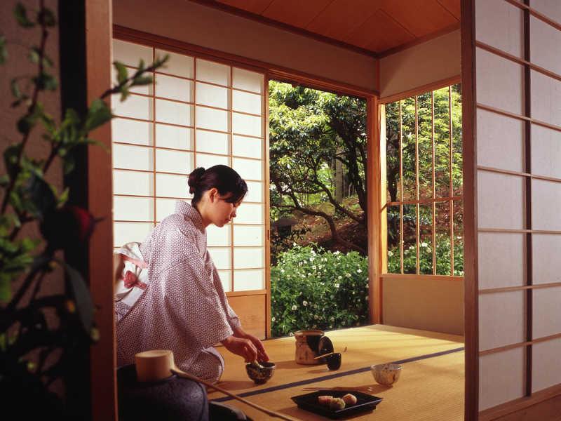 L'intérieur d'une maison de thé est à la fois simple et austère