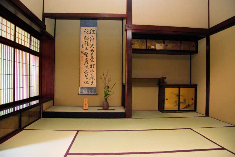 Dans le tokonoma, un kakemono avec une calligraphie et un poème