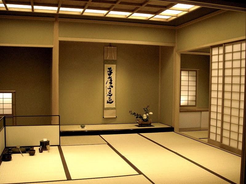 Dans le tokonoma, une calligraphie japonaise est suspendue